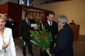 Gratulacje dla Dyrektora Muzeum nadbryg. w st. spocz. F. Deli - składa Komendant Powiatowy PSP w Grodzisku Wlkp.
